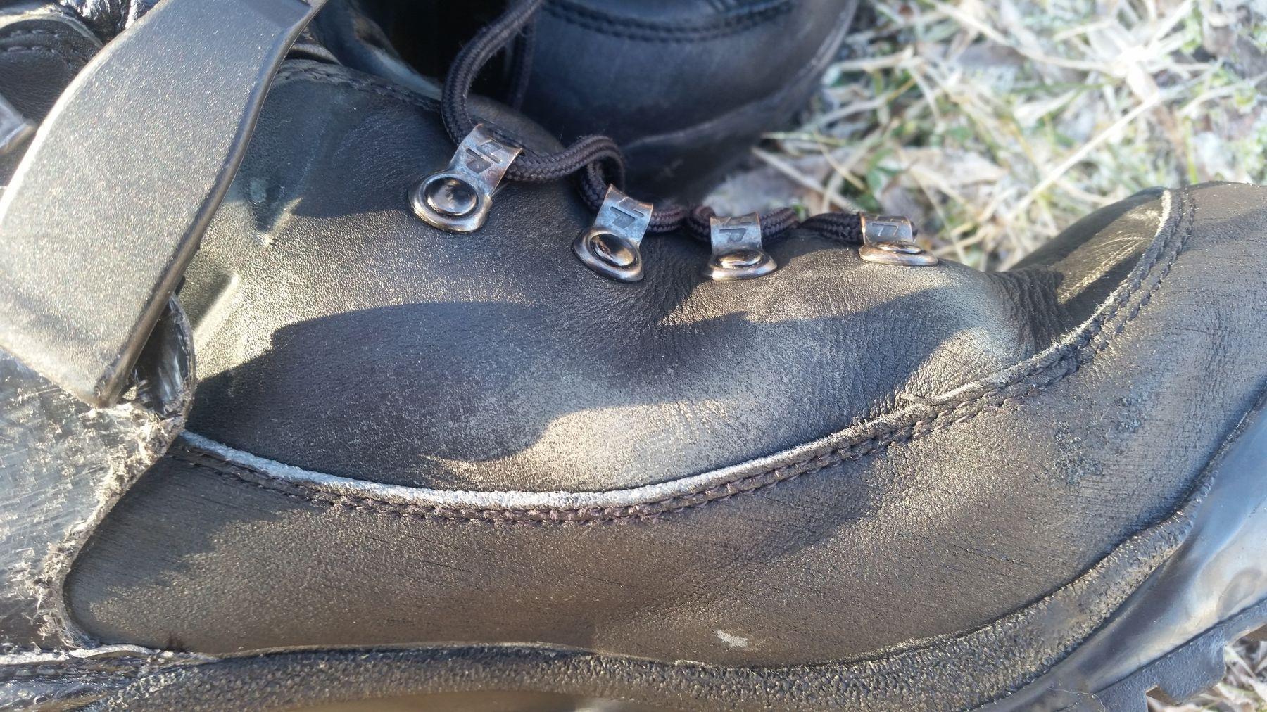 Traces blanches sur les chaussures en cuir