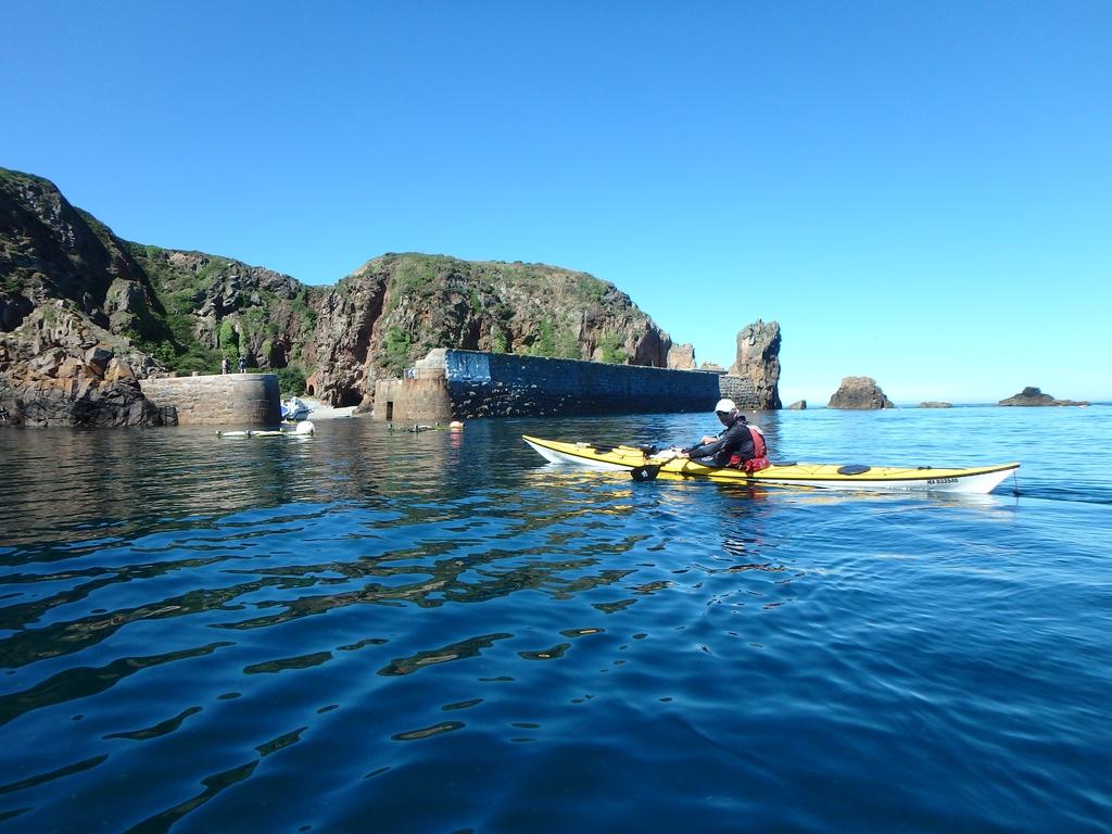 Sark : Arrivée au minuscule Creux harbour
