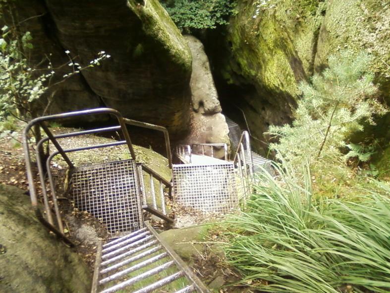Entre les roches, les échelles ont des allures d'œuvres d'Escher