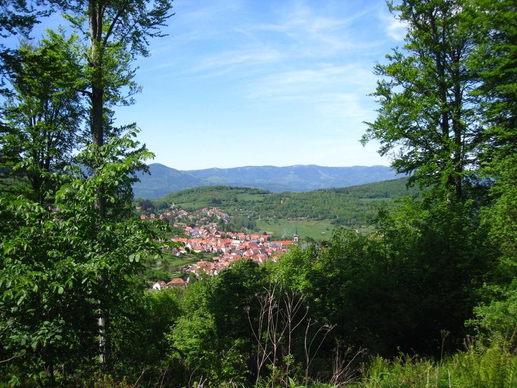 Vue sur un village depuis le parcours