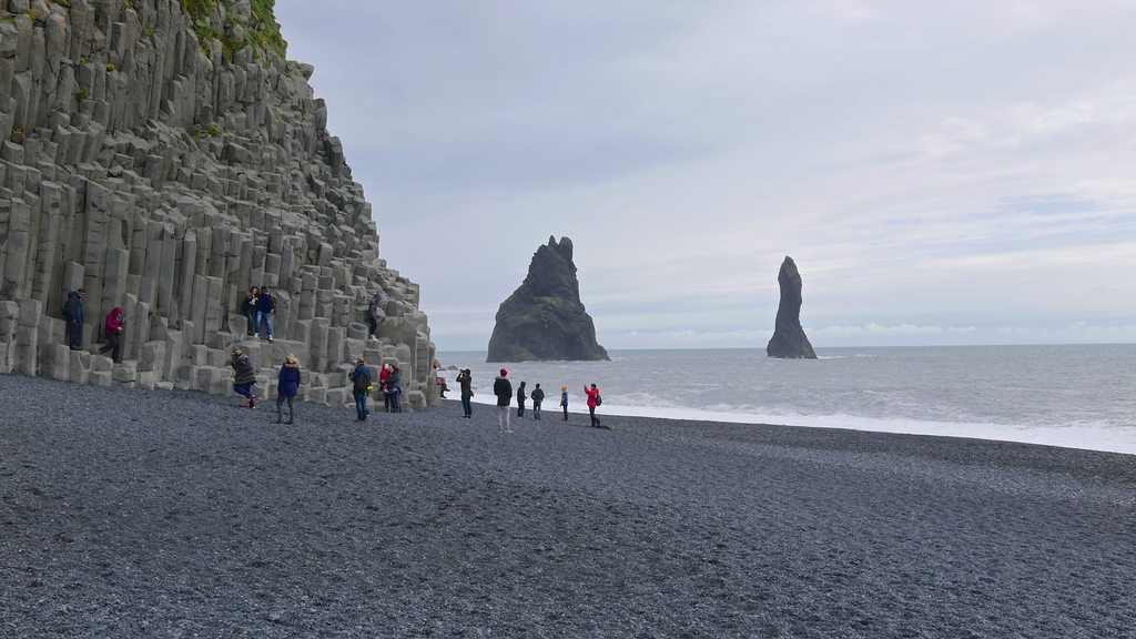 colonnes de basalte hexagonales de la montagne Reynisfjall