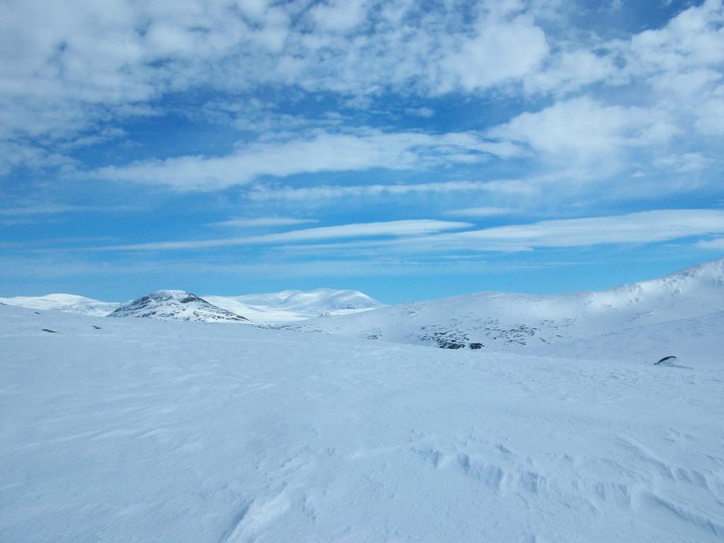 Traversée neigeuse vers Ultatjärn sous un ciel clair.