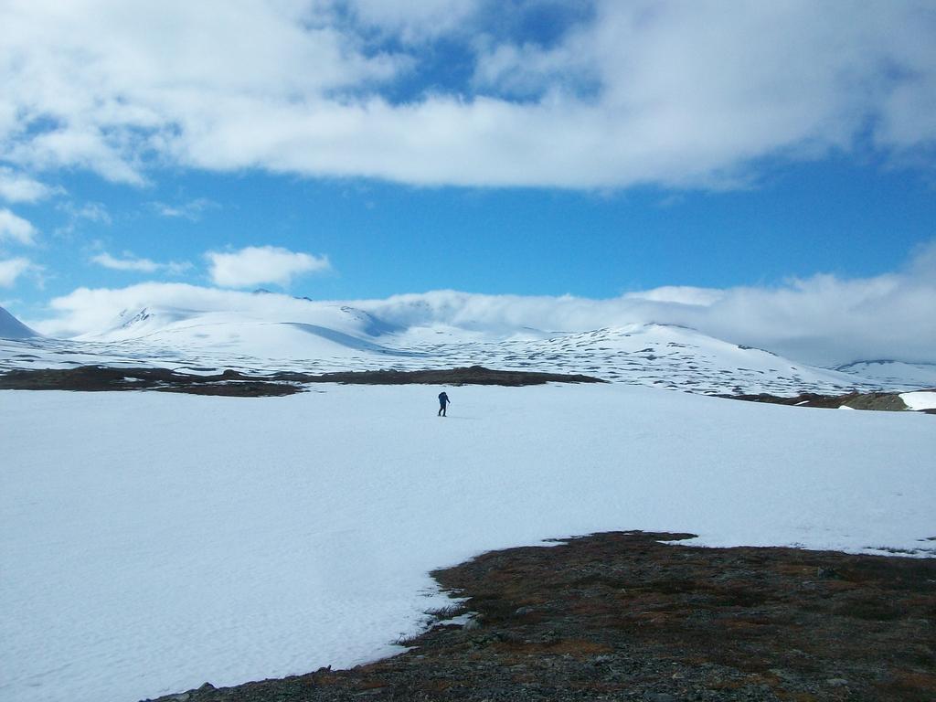 La belle traversée vers Helags. En arrière-plan, les monts du Sylen nous saluent au travers d'une éclaircie.
