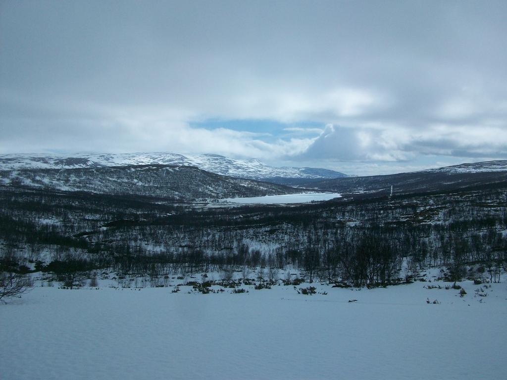 Redescente douloureuse vers la vallée de Ljungdalen, le blizzard sur les talons.