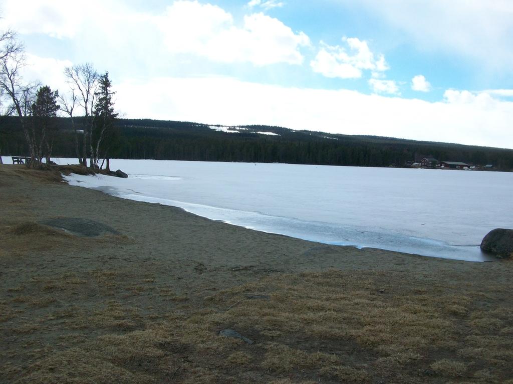 Le lac gelé Funäsdalssjön et sa plage.