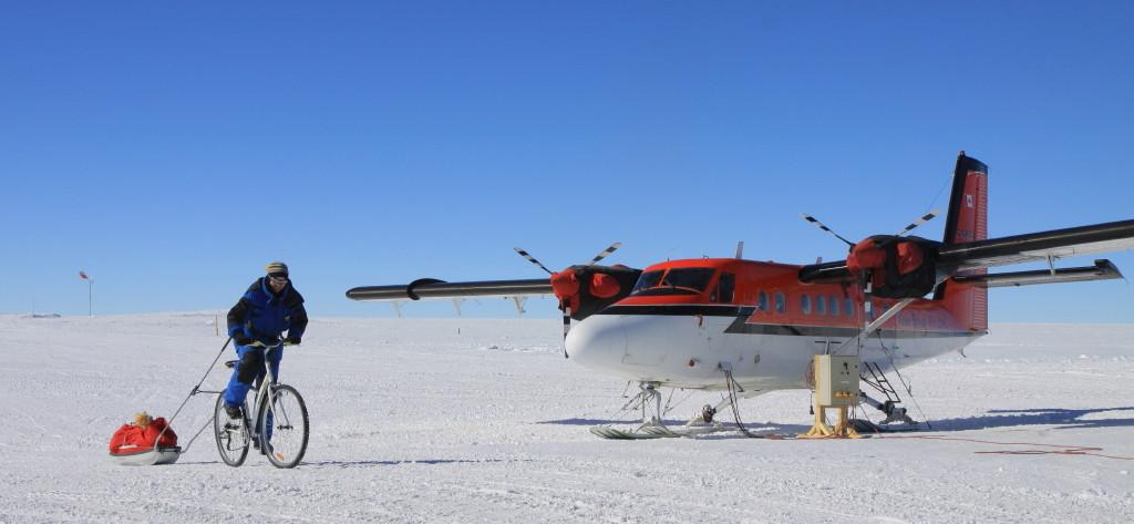 """Transport de matériel """"vélo-tracté"""" à la station Antarctique de Concordia - Dôme C"""