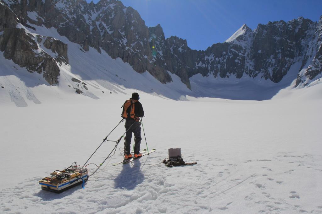 Adaptation du système de traction fjellpulken sur une antenne radar, au glacier d'Argentière - Massif du Mont-Blanc