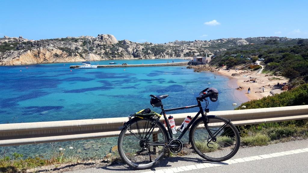 Après de longs mois de confinement causés par la pandémie de Covid-19, je décide de suivre pour la première fois mon père, cyclovoyageur landais, dans ses aventures cyclistes. Ce sera sur les côtes sardes que je découvrirai les bonheurs de ce type de voyage !