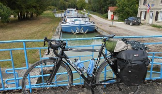 Une écluse sur le canal de la Saône à la Marne